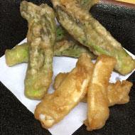 タラの芽とイカの天ぷら-乾燥エノキ粉末衣揚げ
